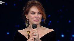 Elena Sofia Ricci riceve il David come migliore attrice e si commuove: