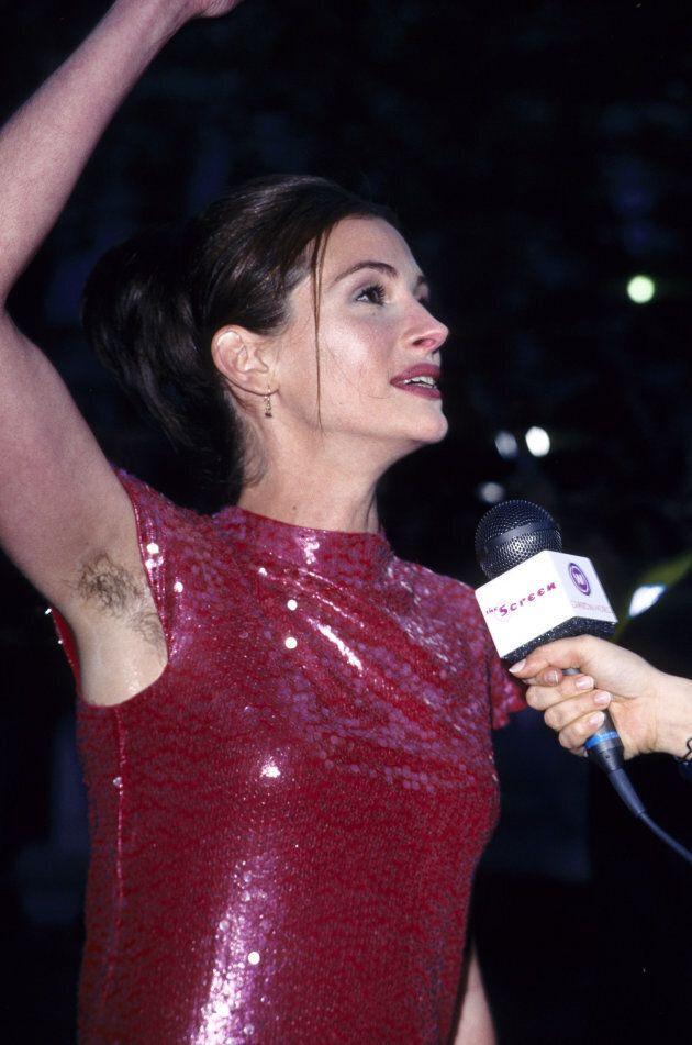 Julia Roberts commenta le sue ascelle non depilate al red carpet del 1999.