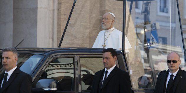 John Malkovich sulla Papamobile per le riprese
