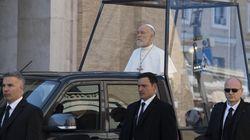 Malkovich nei panni del Papa confonde i turisti di Roma. E molti aspettano (invano) il saluto di