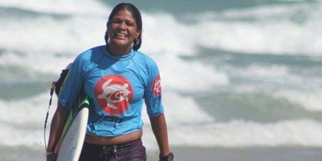 Campionessa di surf muore a 23 anni colpita da un fulmine durante un allenamento in