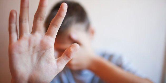 Difende l'amica dagli insulti di una baby gang, quattordicenne pestato a sangue a