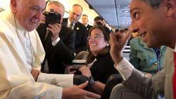Scherzo al Papa sull'aereo per il Marocco: il giornalista ritrae la