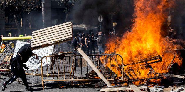 L'ultradestra di Vox sfila a Barcellona, scontri con gli