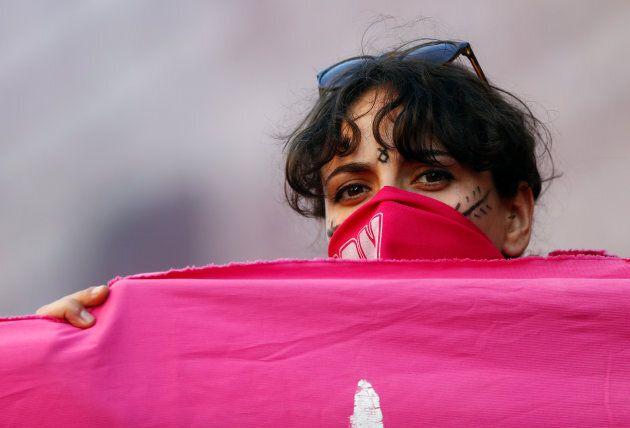 Una ragazza protesta a volto