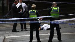 Uomo accoltella passanti a Melbourne, un morto. Le immagini del drammatico corpo a corpo con la