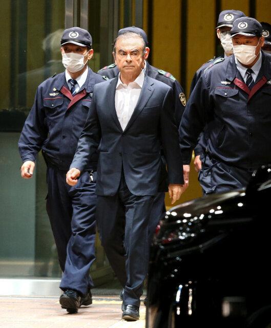 ゴーン前会長、東京拘置所から再び保釈 今回はスーツ姿で