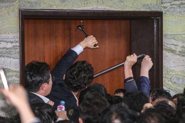 '함마와 빠루' 등장한 절박했던 국회의 어젯밤 상황을 화보로