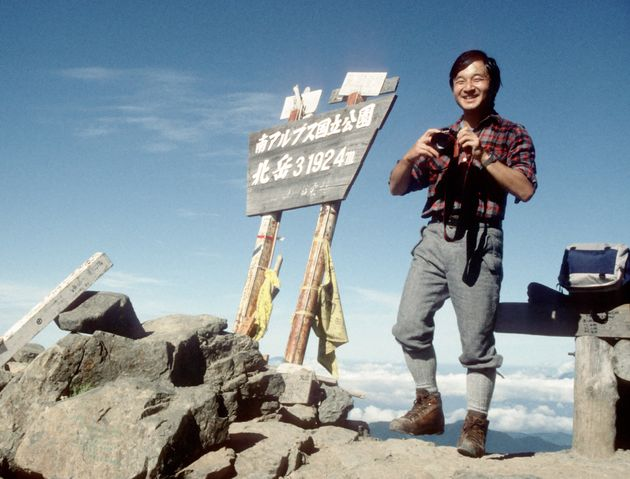 念願の南アルプス・北岳山頂に到着し、笑顔で写真撮影される27歳の天皇陛下=1987年8月、山梨県芦安村(現・南アルプス市)