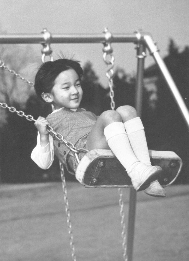 5歳の誕生日を前に、ブランコで遊ばれる天皇陛下=1965年2月、東京都港区の東宮御所
