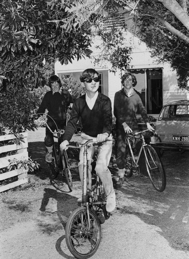 メルボルン郊外のポイントロンズデールにある銀行家夫妻の別荘で、自転車に乗られる14歳の天皇陛下=1974年8月、オーストラリア・ポイントロンズデール