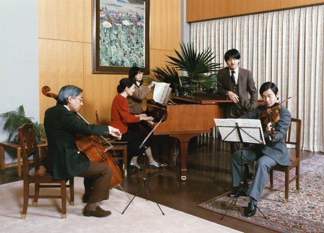ご一家で合奏を楽しまれる27歳の天皇陛下=1987年11月、東京都港区の東宮御所(宮内庁提供)