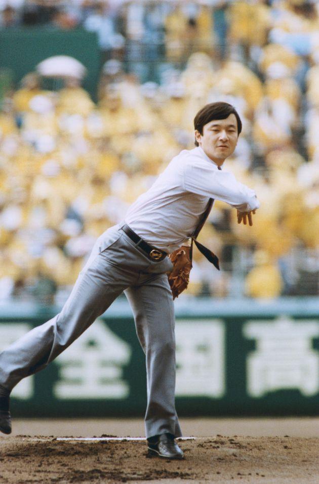 第70回全国高校野球選手権大会の開会式後、始球式を行われる28歳の天皇陛下=1988年8月、甲子園球場