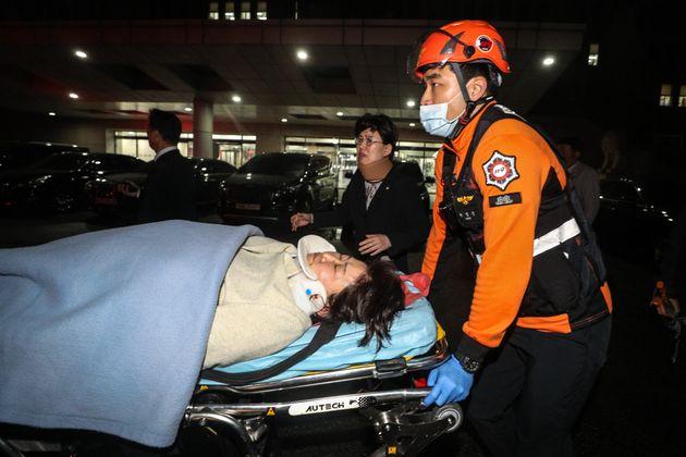 김승희 자유한국당 의원이 26일 새벽 서울 여의도 국회 의안과 앞에서 더불어민주당 의원들의 법안 제출을 막는과정에서 부상을 당해