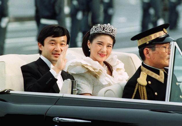 パレードで人々の祝福に笑顔で応えられる天皇陛下ご夫妻=1993年6月、東京都千代田区の半蔵門交差点付近