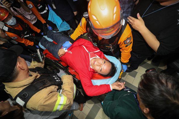 박덕흠 자유한국당 의원이 26일 새벽 서울 여의도 국회 의안과 앞에서 더불어민주당 의원들의 법안 제출을 막는과정에서 부상을 당해 119구조대원들의 들것에 실려나가고