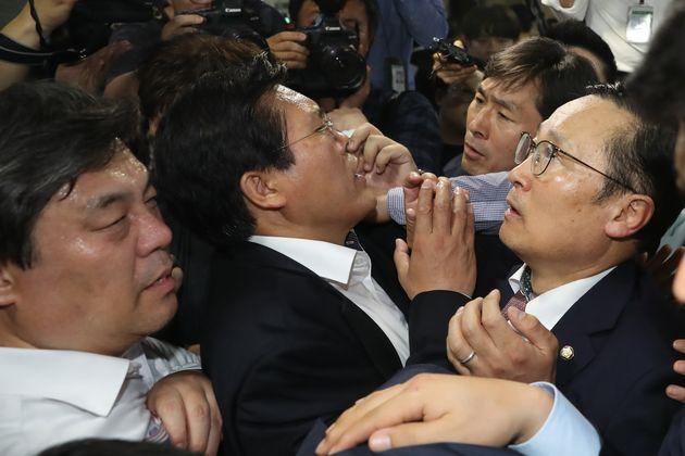 홍영표 민주당 원내대표가 의안과 앞에서 법안 제출을 막고 선 자유한국당 의원들과 대치하고
