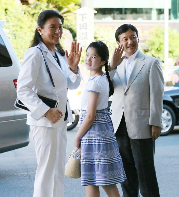 須崎御用邸での静養のため、ご一家で伊豆急下田駅に到着された52歳の天皇陛下=2012年8月、静岡県下田市