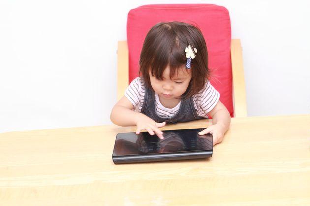 女の子がiPadを使用する様子 イメージ写真