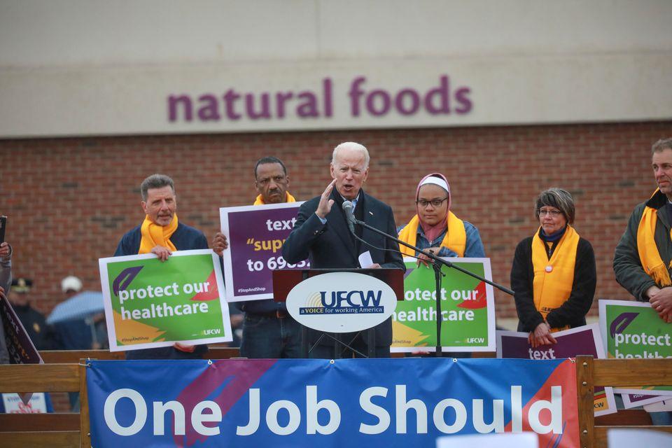 조 바이든이 'Stop & Shop' 노동자들의 파업 현장을 방문해 지지 연설을 하고 있다. 매사추세츠주, 보스턴. 2019년