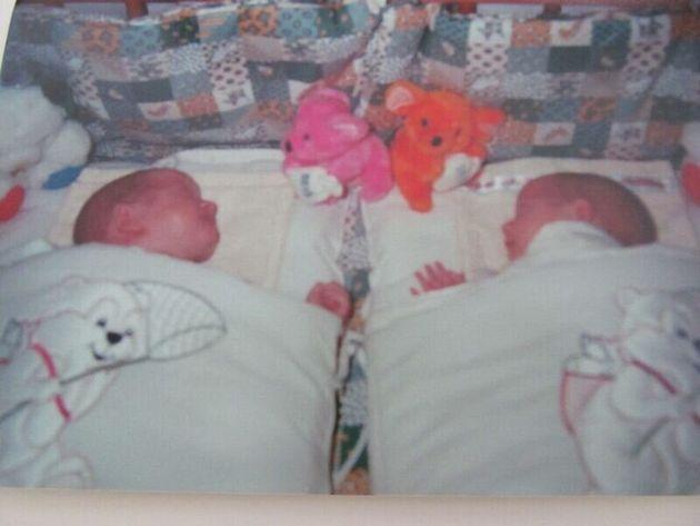 生まれたばかりのアルノーとノーラ。ノーラとは、もとの男児名を逆さ読みして本人が付けた名前だ。