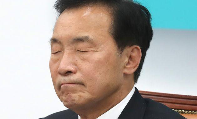 손학규 바른미래당 대표가 24일 오전 서울 여의도 국회에서 열린 제7차 최고위원·중진의원 연석회의에서 눈을 감고