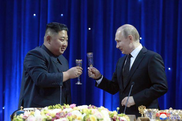 Kim Jong-un y Vladimir Putin, brindando en la cena de anoche