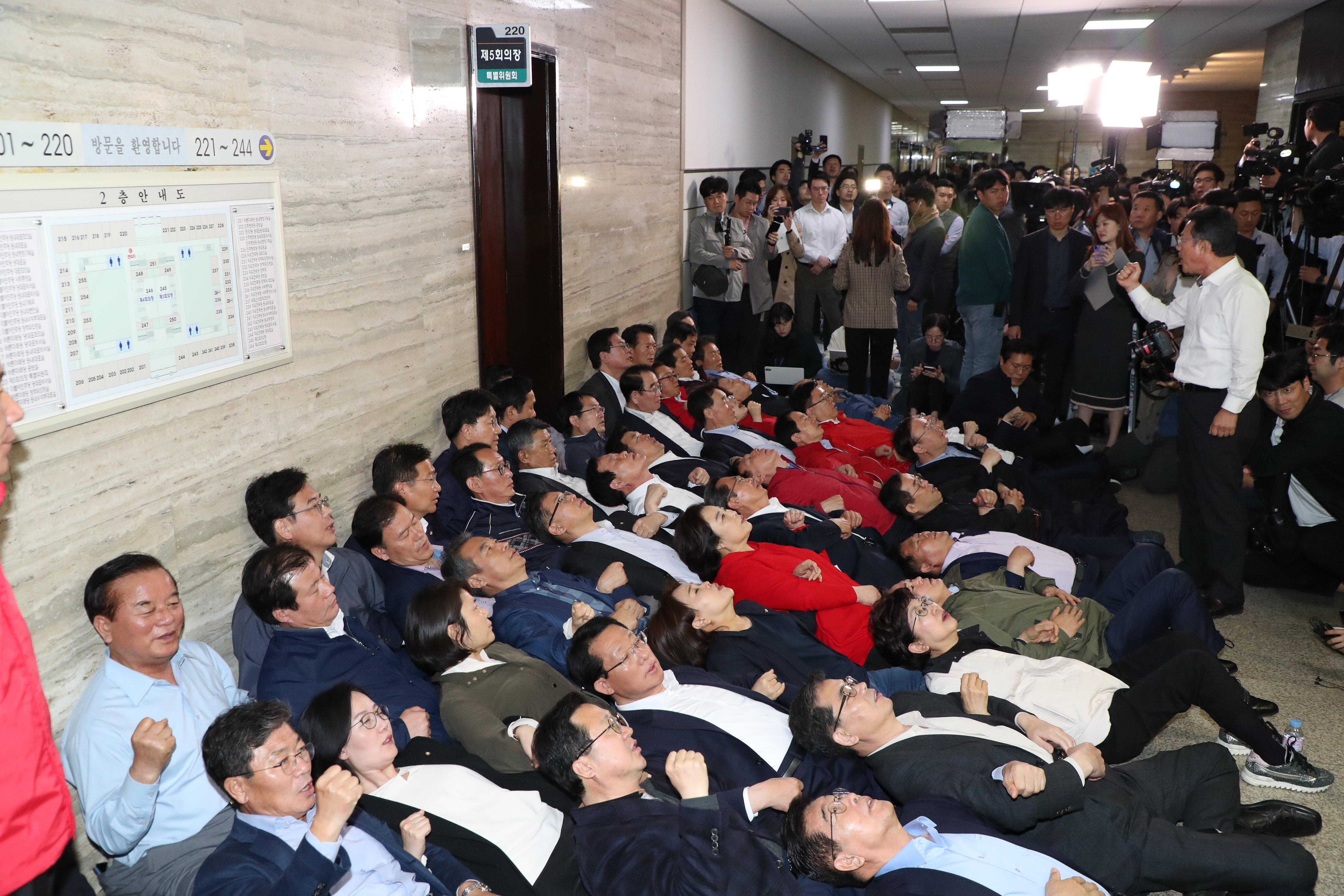 자유한국당 의원들이 26일 서울 여의도 국회에서 열리는 사개특위회의장 앞에서 농성을 하고 있다.