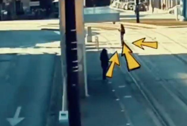 El dramático momento en el que una invidente desorientada cruzó las vías cuando venía el