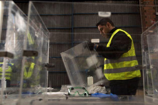 Un trabajador prepara las urnas para las elecciones del domingo, el pasado 10 de abril, en una nave de