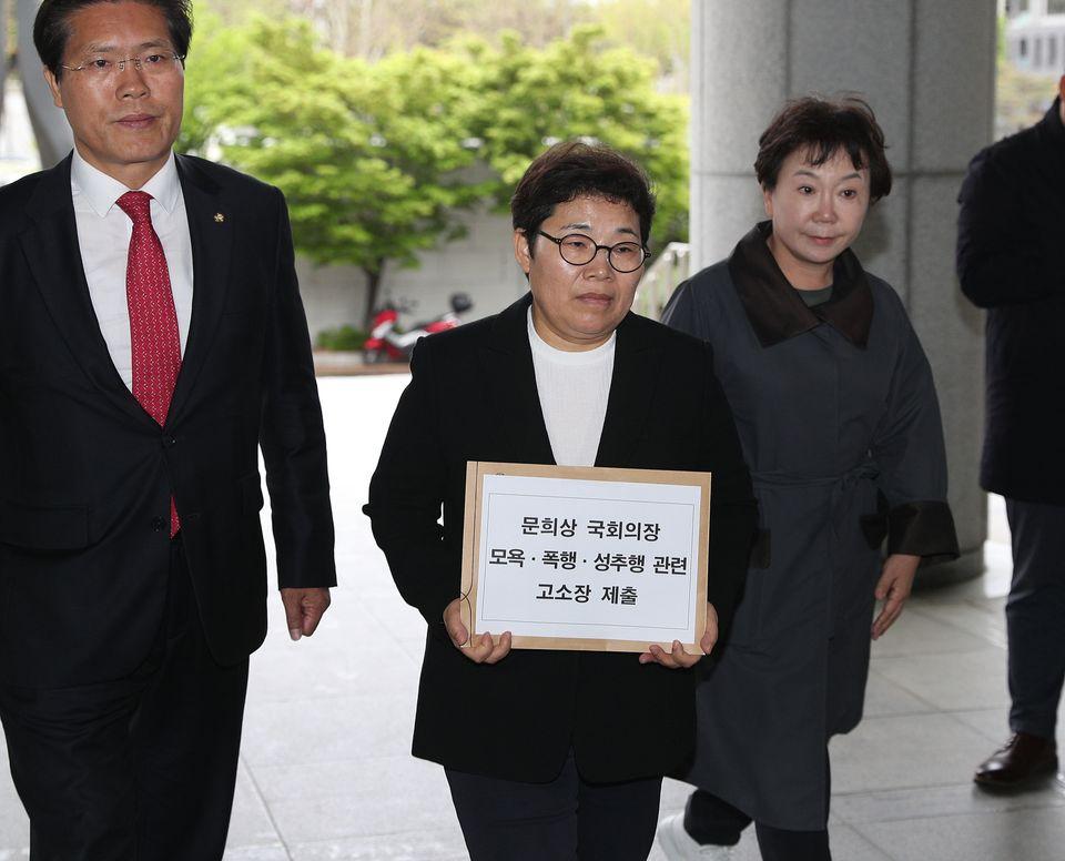 임이자 자유한국당 의원이 26일 오후 서울 서초구 대검찰청에서 문희상 국회의장을 고소하기 위해 검찰청사로 들어서고 있다. 임 의원은 지난 24일 한국당 의원들과 문 의장실에 방문해...