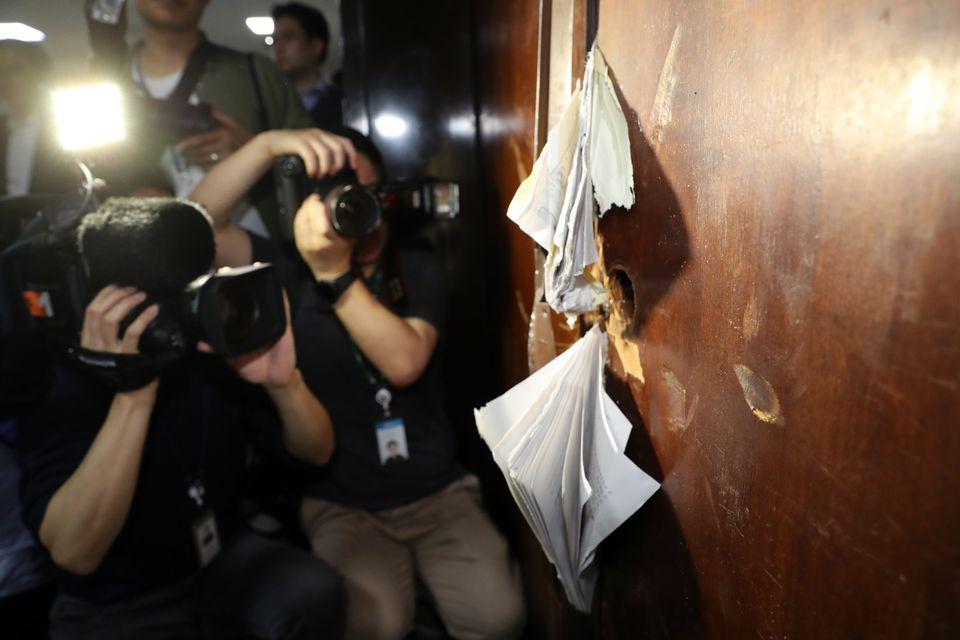 26일 새벽 국회 의안과 문이 쇠지렛대와 망치로 훼손되어 너덜너덜 하다. 더불어민주당 의원과 보좌관 등이 이날 의안과 진입을 시도하는 과정에서 쇠지렛대와 망치로 의안과 문이