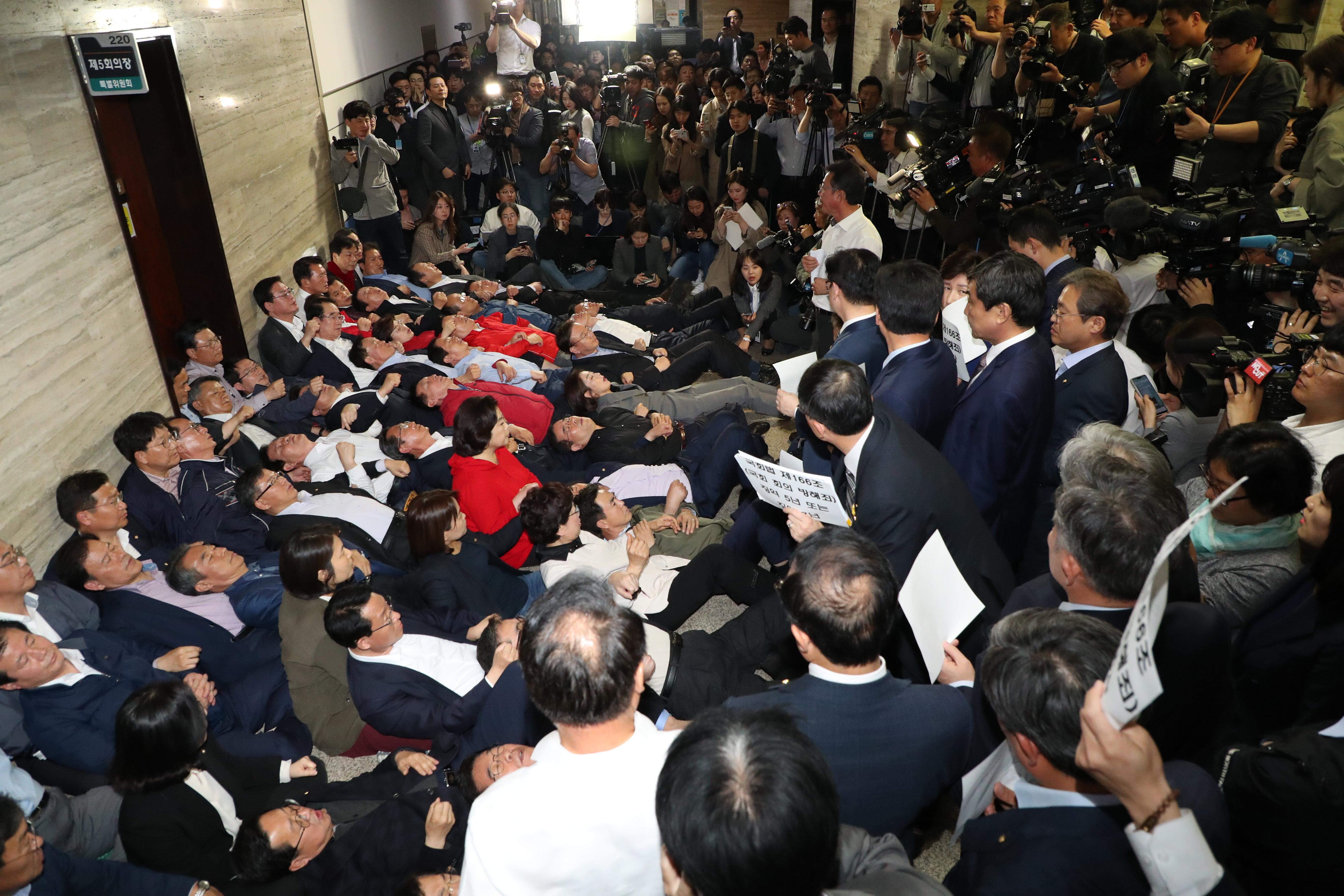자유한국당 의원 및 당직자들이 26일 사법개혁특위가 열리는 국회 회의실 앞을 점거하며 이상민 위원장 등 참석자들의 진입을 막고