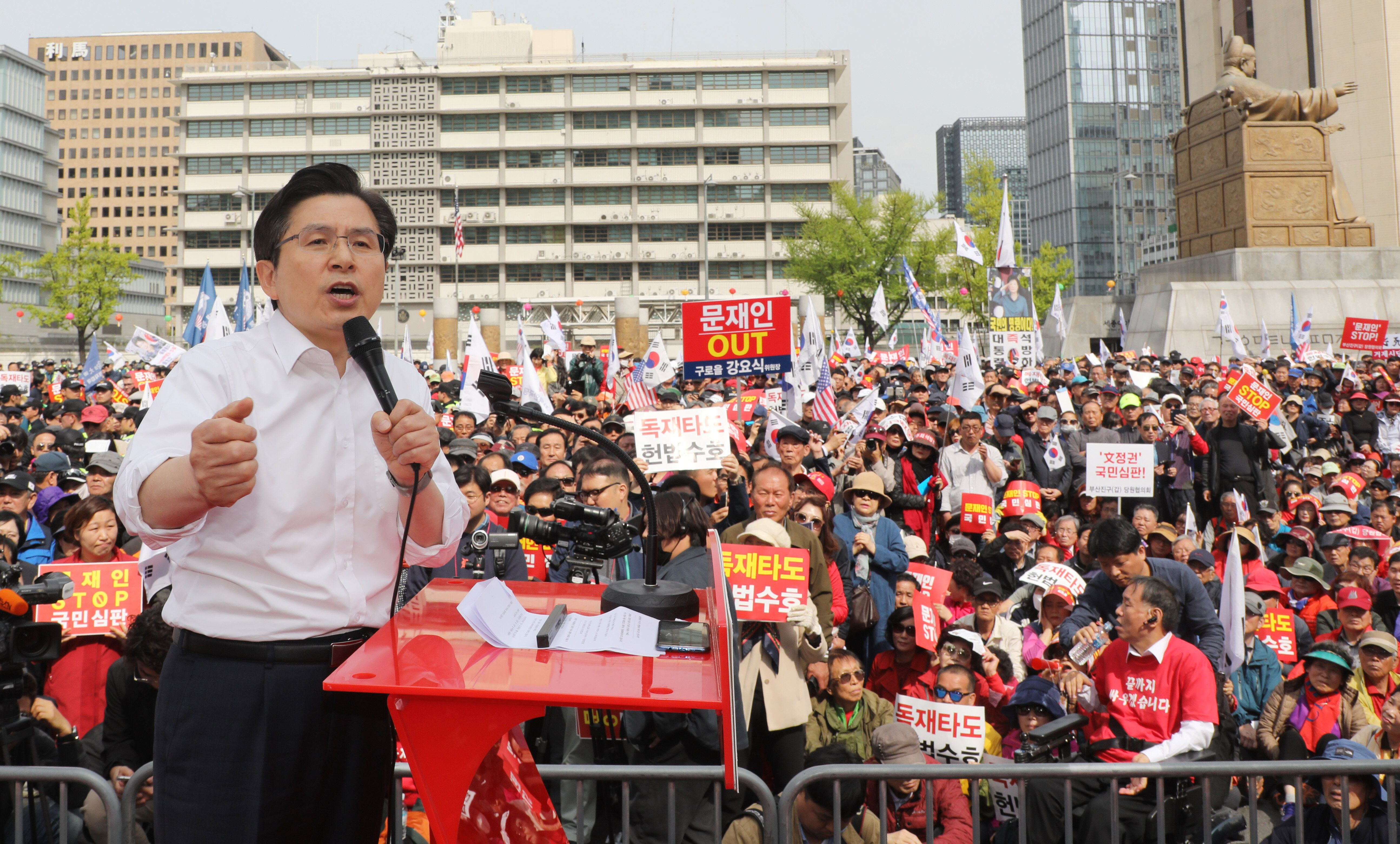 황교안 자유한국당 대표가 27일 오후 서울 종로구 세종문화회관 앞에서 열린 '문재인 정권의 국정운영 규탄 2차 장외집회'에서 연설을 하고