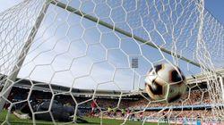 """蹴りそこねたPKが、劇的な""""幻のゴール""""を生んだ。海外サッカーで起きた珍事とは(動画)"""
