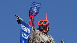 Activistas de Greenpeace colocan unas gafas de buzo a la estatua de