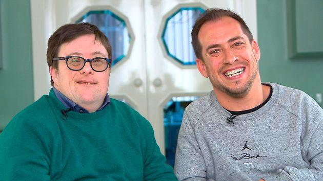 Pablo Pineda y El Langui en una imagen promocional de 'Donde comen dos', el nuevo programa de la televisión