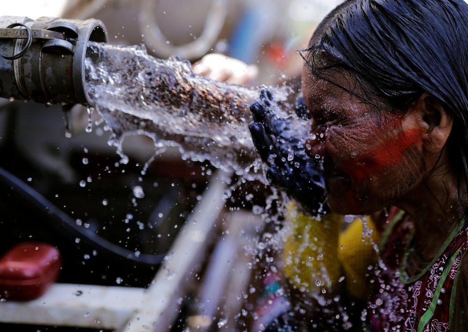 Mulheres fazem fila para beber água durante o Acampamento Terra