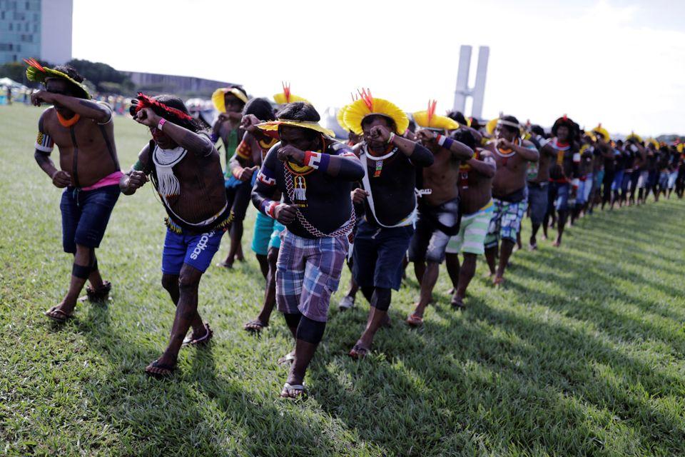 Os indígenas brasileiros no acampamento Terra Livre, durante uma manifestação em...