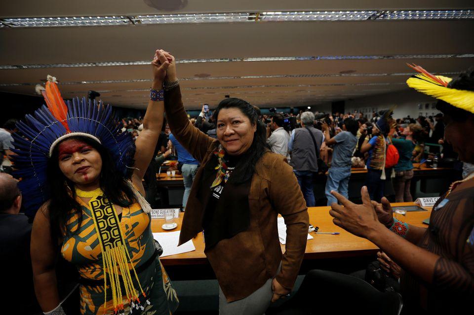 A líder indígena Sônia Guajajara ao lado de Joênia Wapichana, 1ª deputada...