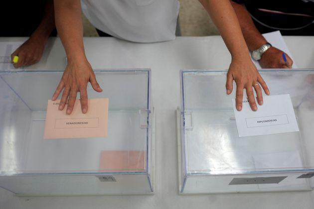 Urnas para diputados y senadores en la localidad malagueña de Rincón de la Victoria, en...