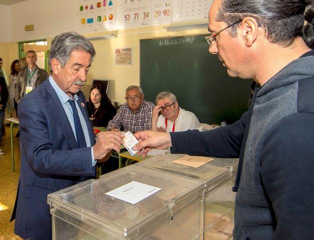 Miguel Ángel Revilla, presidente de Cantabria, votando