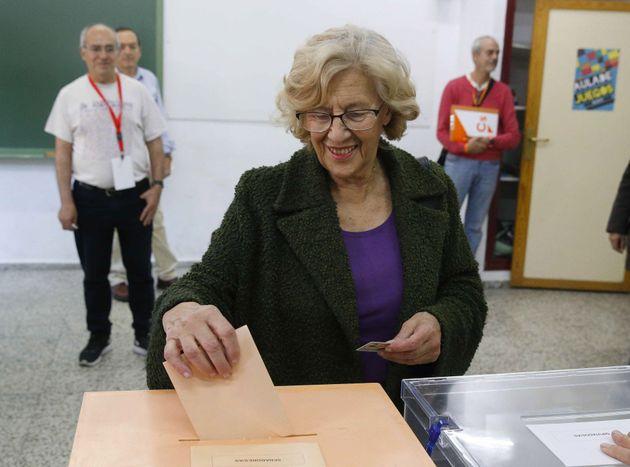Manuela Carmena, alcaldesa de Madrid, ejerciendo su derecho en la