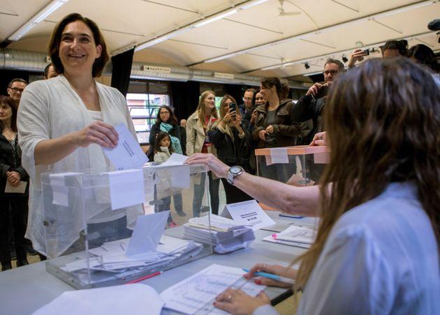 Ada Colau, regidora de Barcelona, votando en su