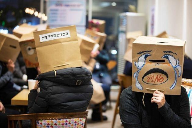 서울 마포구의 한 커피숍에 모인 직장 갑질 피해자 20여명이 종이봉투로 만든 가면을 쓰고 각자의 경험과 노하우를 공유하고 있는
