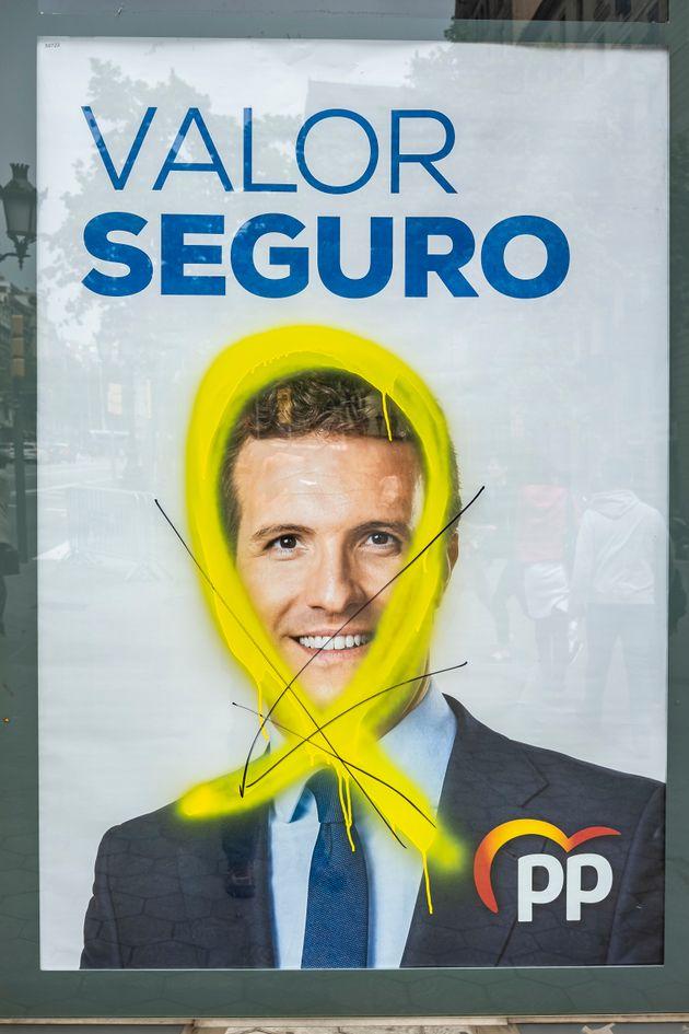 Un cartel electoral de Pablo Casado con un lazo amarillo pintada, hace unos días en