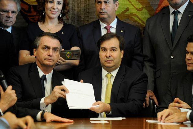Bolsonaro e Maia mostram a proposta de reforma da Previdência enviada pelo governo ao