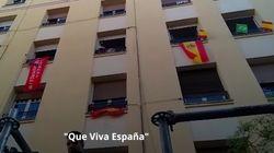 Así es el ambiente pro Vox encima de la sede del PSOE en