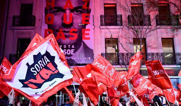 Les partisans du parti socialiste de Pedro Sanchez réunis devant le siège du PSOE à...