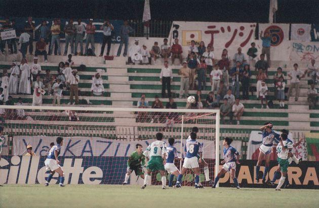 終了直前、イラクのオムラム(右端)が同点ゴール。引き分けとなり、日本のW杯出場の夢が絶たれる。左端はGK松永(カタール)